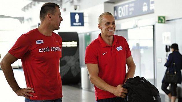 Petr Frydrych (vlevo) a Jakub Vadlejch před odletem do Londýna. V sobotu budou bojovat ve finále.