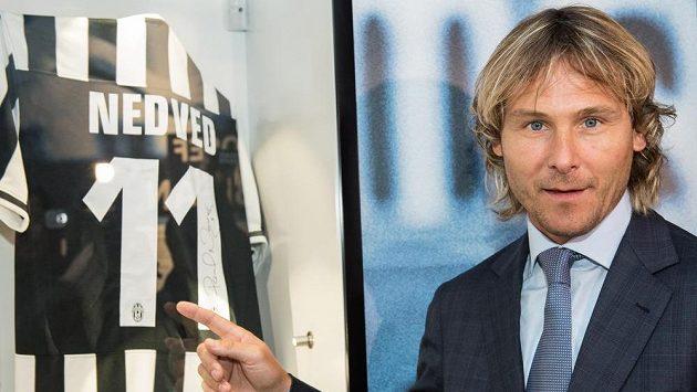 Pavel Nedvěd v sídle FAČR s dresem Juventusu, za který dlouhá léta kopával.