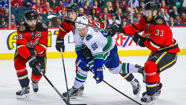 Útočník Vancouveru Markus Granlund (č. 60) v zápase s Calgary.