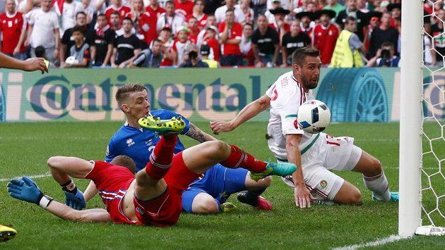 Islanďan Birkir Saevarsson (v modrém dresu) vlastním gólem srovnává na 1:1 bitvu s Maďary. Vpravo Daniel Bode, vlevo brankář Hannes Halldorsson.