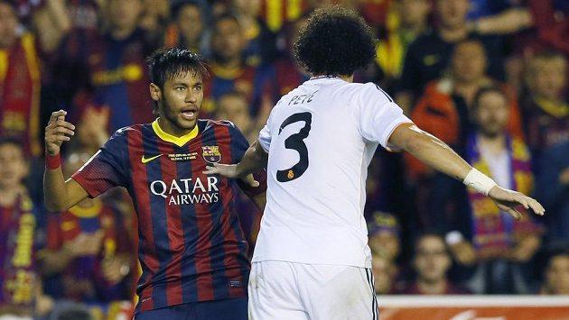 Útočník Barcelony Neymar (vlevo) v duelu s Realem Madrid.