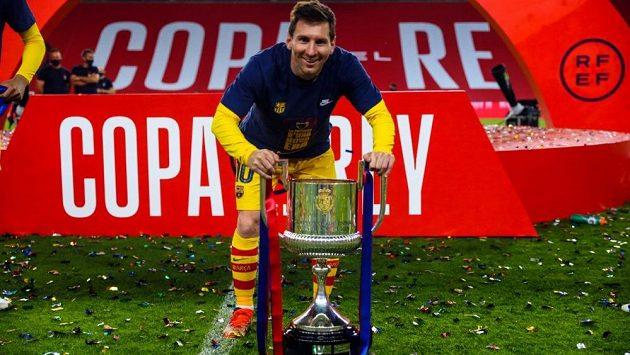 Lionel Messi s trofejí po vyhraném finále Španělského poháru.