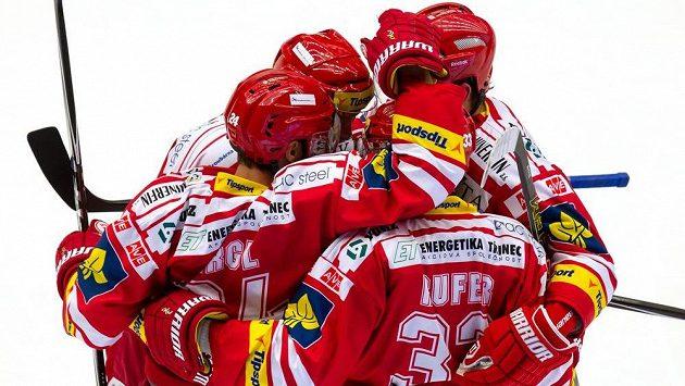Třinečtí hokejisté se radují z gólu proti Plzni v utkání 6. kola Tipsport extraligy.