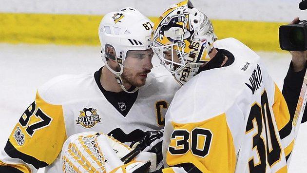 Sidney Crosby (vlevo) oslavuje s brankářem Mattem Murrayem vítězství ve čtvrtém zápase finále Východní konference NHL s Ottawou.