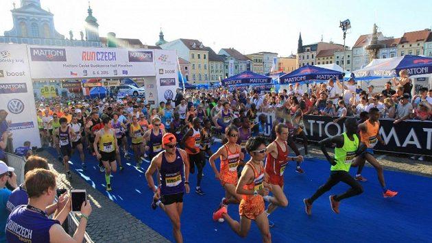 Půlmaratón odstartoval, tisíce příběhů právě začaly psát první závodní metry.
