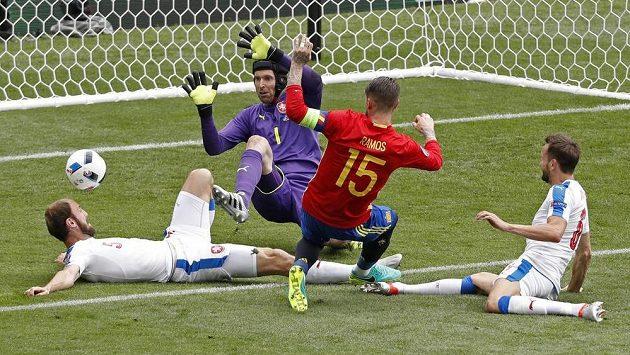 Z téhle šance nedostal Sergio Ramos míč do branky za záda Petra Čecha.