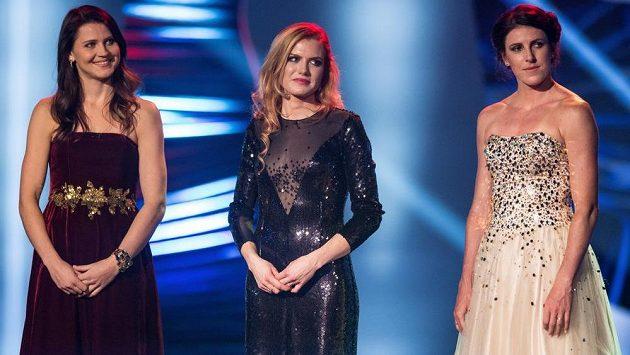 Tenistka Lucie Šafářová (vlevo), biatlonistka Gabriela Soukalová a atletka Zuzana Hejnová během vyhlášení novinářské ankety Sportovec roku 2015 v Praze.