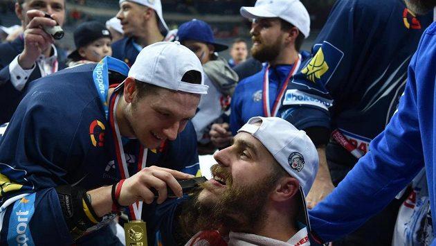 Hráči Liberce holí plnovous kapitána Jana Výtiska na oslavu vítězství po finále extraligy proti Spartě.