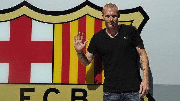 Jérémy Mathieu zdraví fanoušky při oficiálním přivítání v Barceloně.