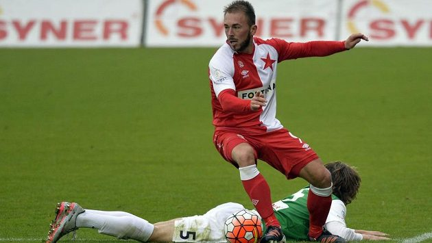 Jablonecký obránce Matěj Hanousek skončil na zemi po souboji s Janem Štohanzlem ze Slavie během zápasu 10. kola Synot ligy.