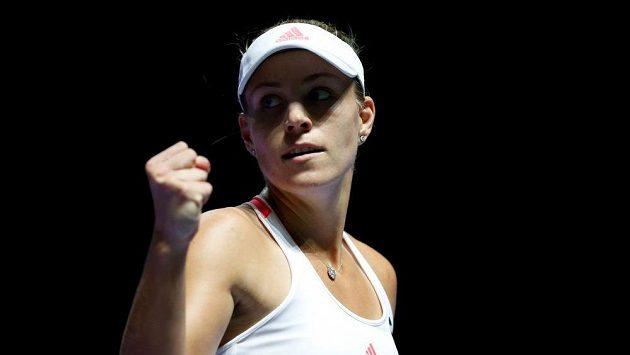 Vítězné gesto Němky Angelique Kerberové v utkání se Simonou Halepovou na Turnaji mistryň.