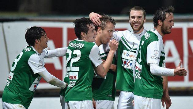 Autor jabloneckého druhého gólu Luděk Pernica (uprostřed) se raduje se spoluhráči v utkání s Olomoucí.