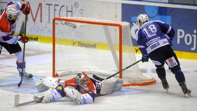 Plzeňský Dominik Kubalík překonává pardubického gólmana Roberta Kristana a střílí jeden ze svých tří gólů na ledě Východočechů.