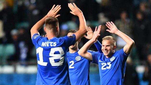 Estonci Karol Mets, Marten Kussk a Taijo Teniste se radují po zápase s Běloruskem.