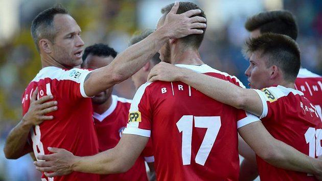 Hráči Brna (zleva vpředu) Jan Polák, Miloš Kratochvíl a Milan Lutonský se radují z gólu, sestupu Zbrojovky však nezabránili.