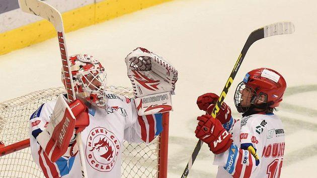 Brankář Šimon Hrubec a Lukáš Doudera z Třince se radují z vítězství nad Plzní.