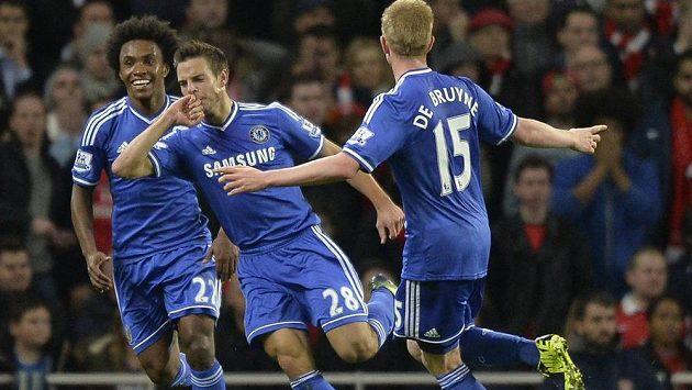 Cesar Azpilicueta (uprostřed) oslavuje se spoluhráči z Chelsea Willianem a Kevinem De Bruynem svůj gól proti Arsenalu.