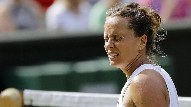 Česká tenistka Barbora Strýcová snad ani nechtěla sledovat, jak její soupeřka Serena Williamsová v semifinále Wimbledonu neomylně trefuje údery k lajnám.