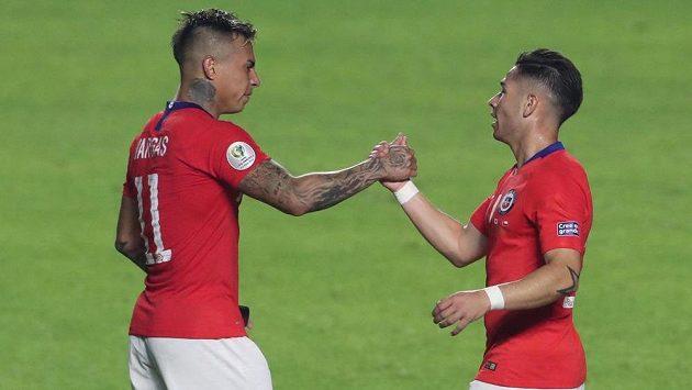 Fotbalisté Chile vykročili za obhajobou titulu na mistrovství Jižní Ameriky vítězstvím 4:0 nad hostujícím týmem Japonska. Dvěma góly přispěl Vargas.