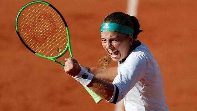 Vítězné gesto Lotyšky Jeleny Ostapenkové ve čtvrtfinále French Open.