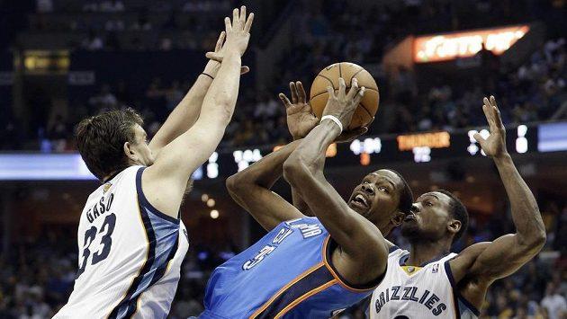 Kevin Durant (35) z Oklahomy střílí z těžké pozice, brání ho Marc Gasol (33) a Tony Allen (9) z Memphisu.