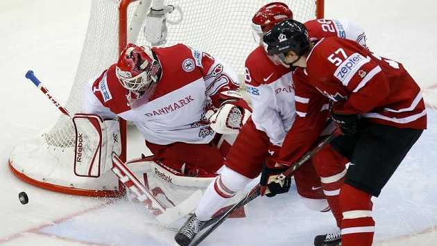 Kanaďan Tyler Myers se tlačí před branku dánského gólmana Patricka Galbraitha.
