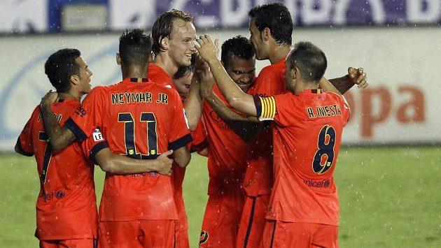 Záložník Barcelony Ivan Rakitič (uprostřed) přijímá gratulace ke svému gólu proti Levante od spoluhráčů (zleva) Pedra, Neymara, Lionela Messiho, Daniho Alvese, Sergia Busquetse a Andrése Iniesty.