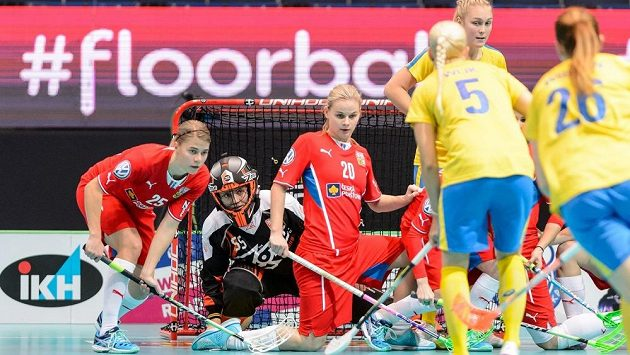 Švédskou standardní situaci brání zleva Eliška Vrátná, brankářka Lenka Kubíčková a Kamila Paloncyová.