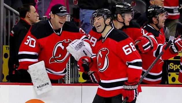 Sranda musí být. Jaromír Jágr a brankář New Jersey Devils Martin Brodeur (30) se radují z vítězství proti Minnesotě.
