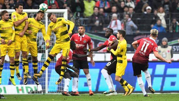 Hanoverský Felix Klaus dává Dortmundu gól z přímého kopu.