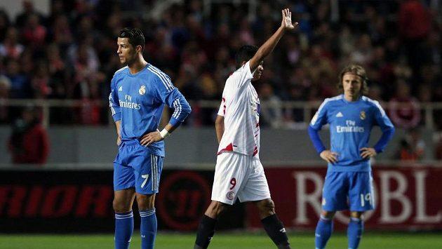 Carlos Bocca ze Sevilly (uprostřed) se raduje z branky proti Realu Madrid. Vlevo Cristiano Ronaldo, vpravo Luka Modrič.