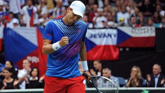 Tomáš Berdych v duelu s Leonardem Mayerem v semifinále Davis Cupu v Praze.