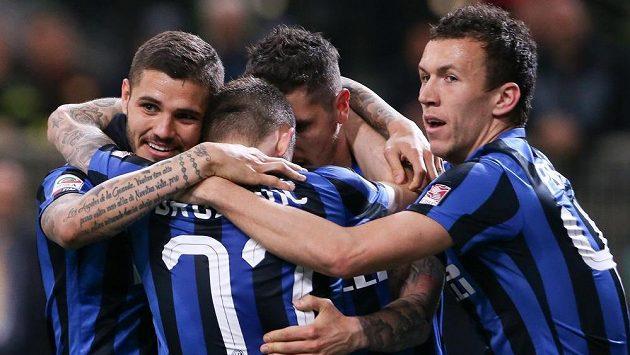 Radost fotbalistů Interu Milán Stevana Jovetiče (čelem uprostřed), Maura Icardiho (vlevo) a Ivan Perišiče po výhře nad Udine.