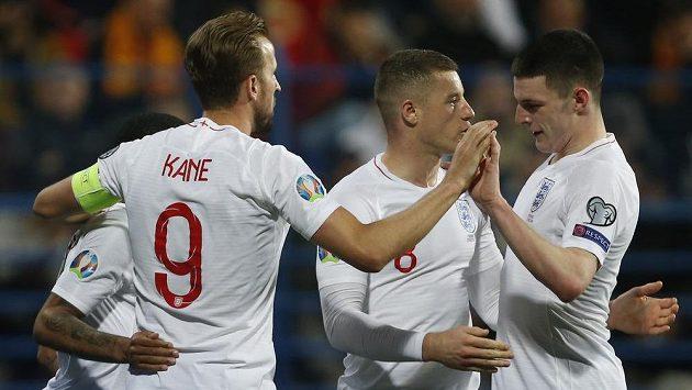 Kapitán anglické reprezentace Harry Kane se se spoluhráči raduje z gólu proti Černé Hoře.