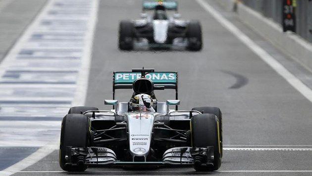 Pilot Mercedesu Lewis Hamilton při prvním tréninku na Velkou cenu Abú Zabí.
