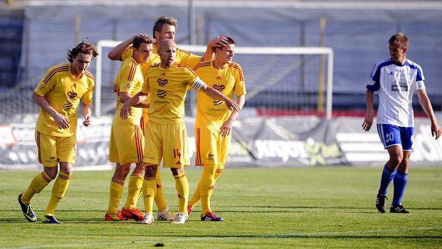 Fotbalisté Dukly Praha se radují z gólu v utkání proti Znojmu.
