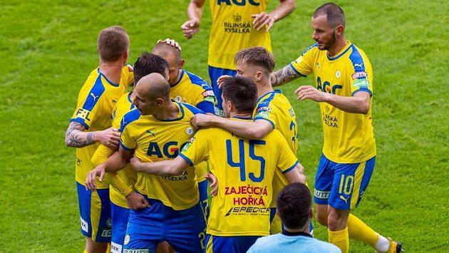 Hráči Teplic se radují z gólu proti Liberci, který dal Tomáš Kučera (vlevo vpředu).