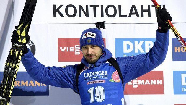 Anton Šipulin z Ruska po vítězství ve sprintu v Kontiolahti.