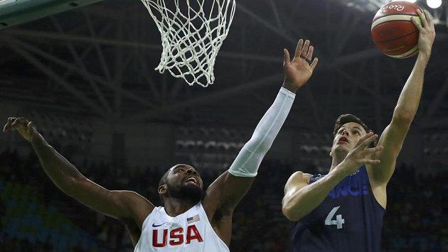 Basketbalista Thomas Heurtel z Francie (vpravo) a americký reprezentant Kyrie Irving.