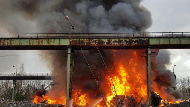 Kvůli znečištění vzduchu po požáru skládky odpadů odložilo vedení španělské fotbalové ligy nedělní zápas Eibaru se San Sebastianem (ilustrační foto)