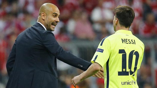 Kouč Bayernu Josep Guardiola se zdraví s režisérem hry barcelonského velkoklubu Lionelem Messim.