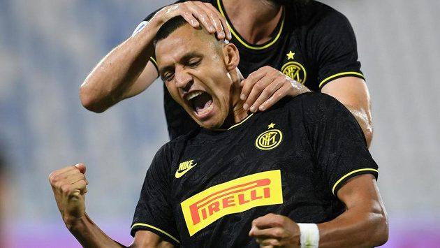 Alexis Sánchez z Interu Milán se raduje z gólu proti Ferraře.