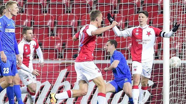 Jiří Bílek ze Slavie (vpravo) oslavuje se spoluhráčem Tomášem Součkem svůj gól proti Brnu.