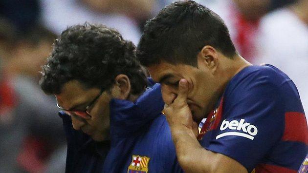 Barcelonský Luis Suárez musel ve finále Španělského poháru se Sevillou střídat pro zranění.