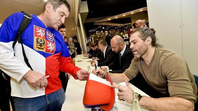 Členové zlatého týmu hokejistů z olympijských her 1998 v Naganu se podepisovali 5. února 2018 v Síni slávy českého hokeje v Praze svým příznivcům při příležitosti dvacátého výročí historického triumfu. Mezi sedmnáctkou tehdejších reprezentantů nechyběl ani jediný aktivní hráč Jaromír Jágr (vpravo)