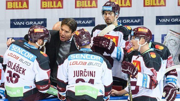 Trenér Sparty Uwe Krupp udílí pokyny svým svěřencům.