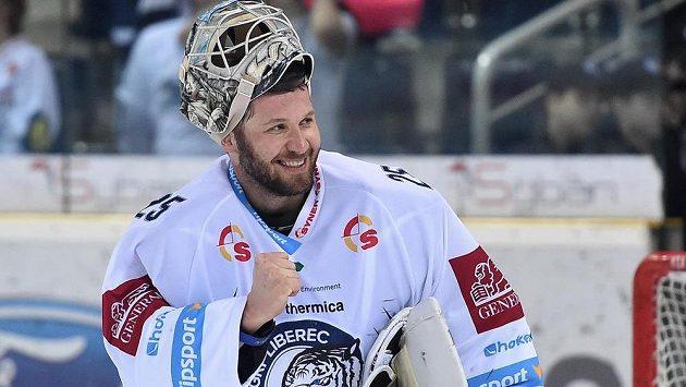 Brankář Liberce Ján Lašák se raduje z vítězství.