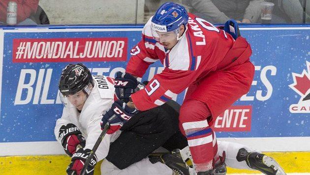 Český útočník Dominik Lakatoš v přípravném duelu s Kanadou, v němž si poranil klíční kost a přijde tak juniorský světový šampionát.