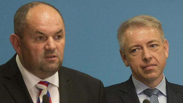 Ministr vnitra Milan Chovanec (vpravo) a předseda Fotbalové asociace ČR Miroslav Pelta na tiskové konferenci po jednání k problematice bezpečnosti při fotbalových utkáních.