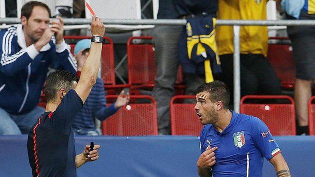 Italský záložník Stefano Sturaro (vpravo) vidí od rozhodčího Anastasiose Sidiropoulose červenou kartu.